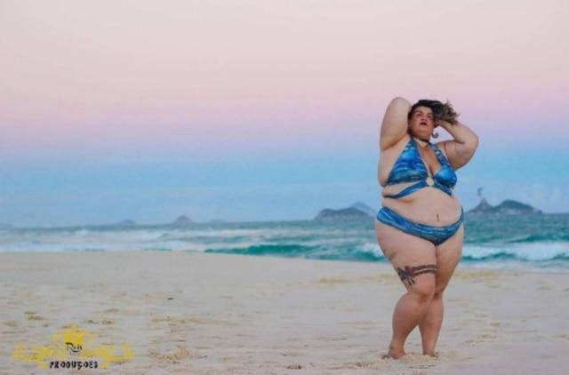 Bailarina Thais Carla estrela campanha de biquíni.