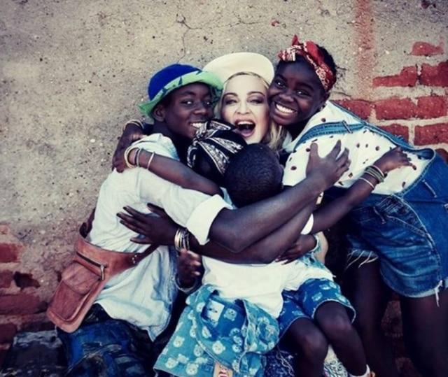 Madonna e seus filhos.