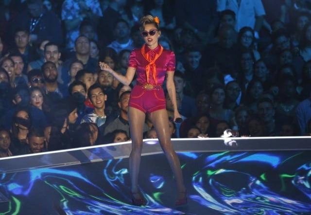 Em entrevista, a cantora Miley Cyrus afirmou que a música 'Wrecking Ball' não representa mais quem ela é atualmente
