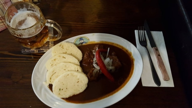 No U Svejka, o goulash, prato mais encontrado nos restaurantes checos