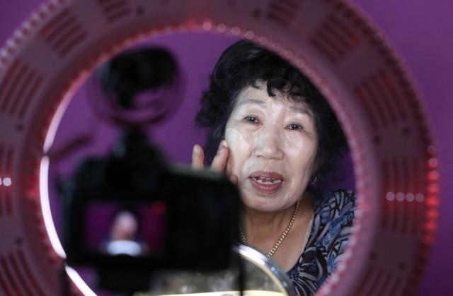 Park Makrye, de 70 anos, faz uma demonstração de maquiagem em seu canal no YouTube.