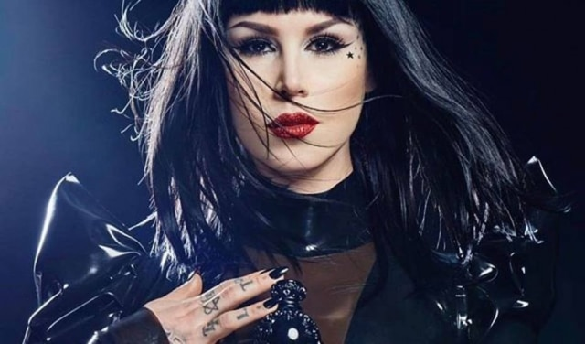 A tatuadora americana Kat Von D tem uma marca de maquiagem com o seu nome