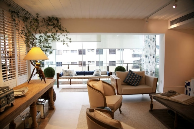 O living do apartamento, decorado por Marcia e Manú Muller, com varanda incorporada