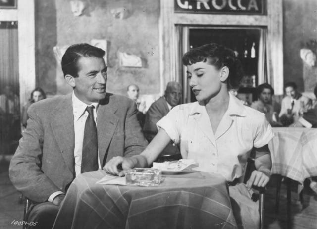 O jornalista e a princesa sentam-se no G.Rocca, próximo ao Pantheon; há outras opções ali pertinho