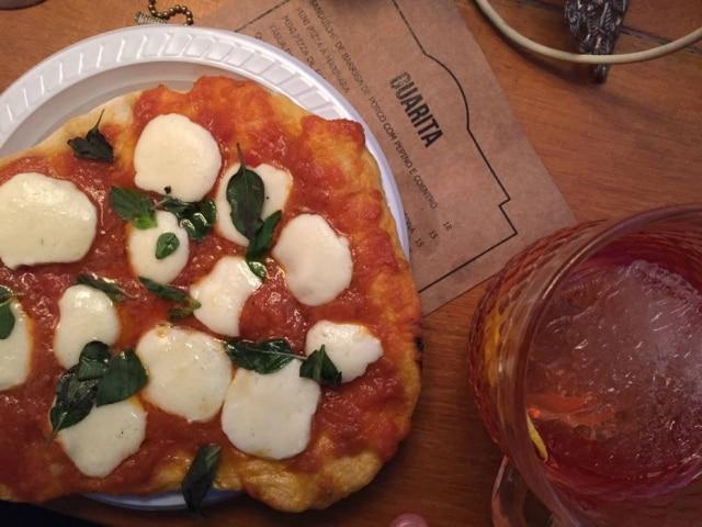 No lugar dohambúrguer,Greigor Caisley, do Twelve Burger faz pizzas de fermentação natural em forno a lenha.