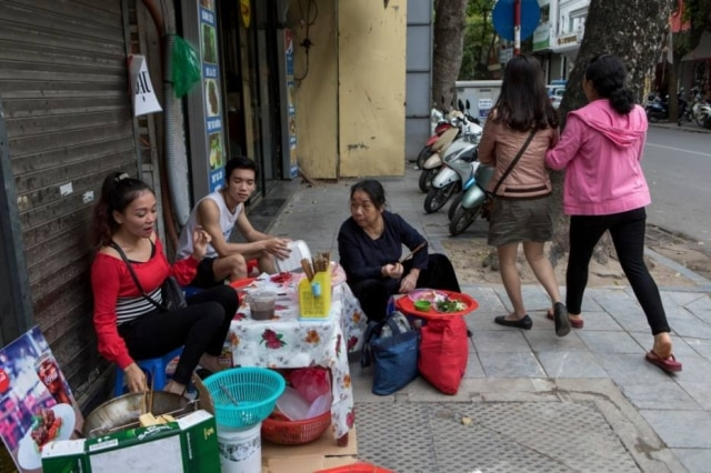 Nguyen Thu Hong vende bun dau mam tom (macarrão de arroz com tofu e pasta de camarão fermentado) nas calçadas de Hanói.