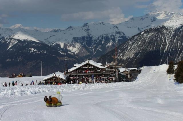 É tempo de deslizar sobre esquis, snowboard ou do jeito que for possível