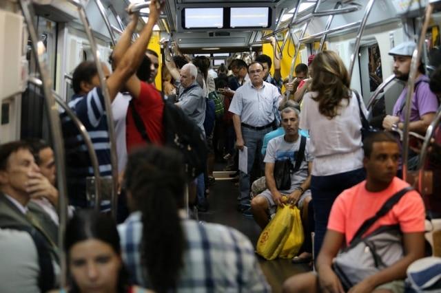 Atriz paulistana cantou 'Evidências' nas linhas 4 - Amarela e 2 - Verde do metrô.