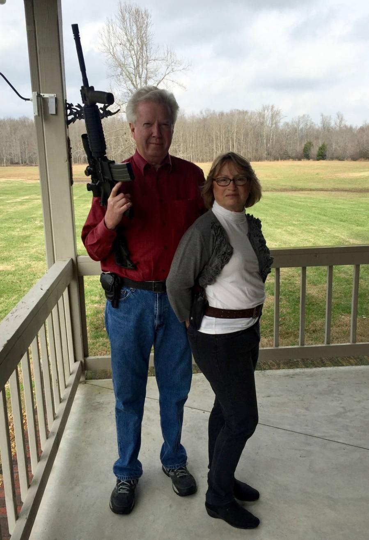 Byron Burnett e a mulher, Debra, em sua casa em Manchester, Tennessee. Ele segura um rifle semi-automático AR-15 e ela leva na cintura o revólver que a acompanha sempre que sai de casa