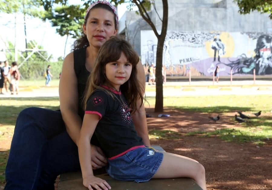 Pérola gastava mais de R$ 1 mil por mês com as mensalidades das duas filhas; Laura e a irmã estão na rede pública