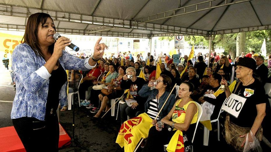 RS - PROFESSORES/GREVE/RS - GERAL - O sindicato dos professores (Cpers) realiza     assembleia em frente ao Palácio Piratini, em     Porto Alegre (RS), para decidir os rumos da     paralisação. A categoria reivindica o     pagamento do piso nacional do magistério e a     aprovação imediata dos aprovados no     concurso do ano passado.      19/03/2014 - Foto: CARLOS EDUARDO DE QUADROS /FOTOARENA/PAGOS