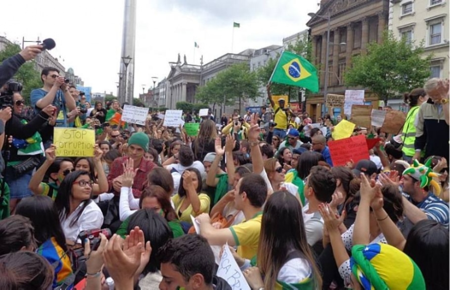 Manifestação em apoio aos protestos brasileiros reúne 2 mil pessoas em Dublin - Carolina Moreira/AE