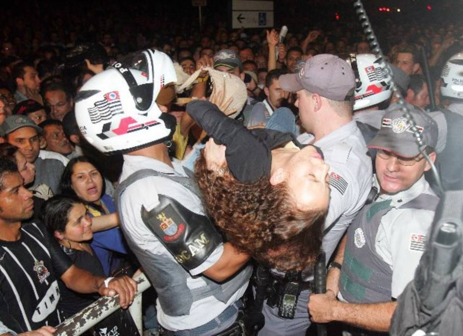 Policias socorrem usuária de metrô que passou mal na estação da Luz - JF Diório/AE