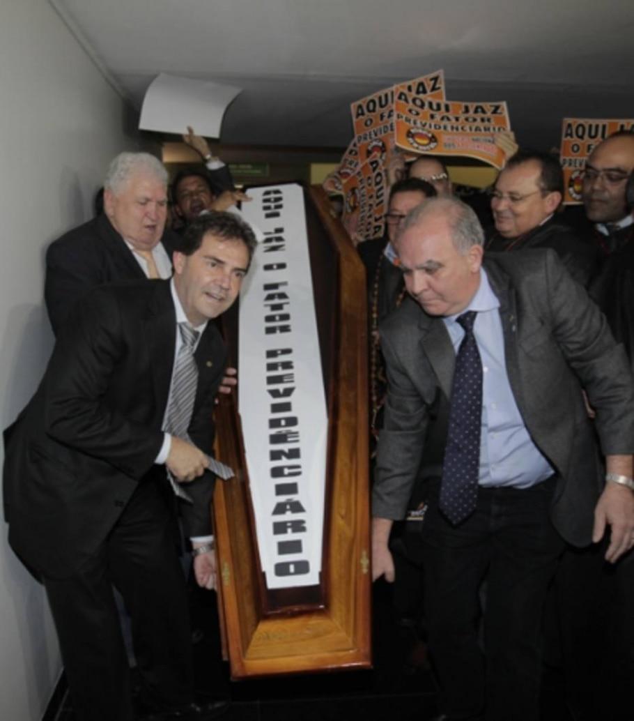 Manifestantes promovem o enterro simbólico do fator previdenciário - Dida Sampaio/AE