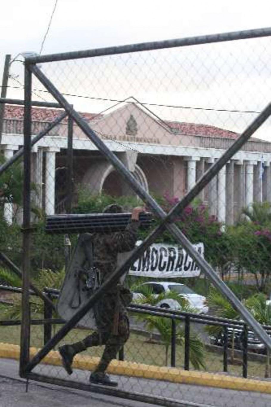 Soldado se prapara para se instalar em frente à residência presidencial em Tegucigalpa - Wilson Pedrosa/Agência Estado