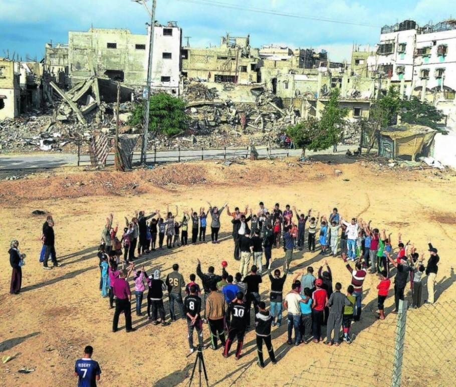 Dança de roda nas ruínas de Gaza - Divulgação
