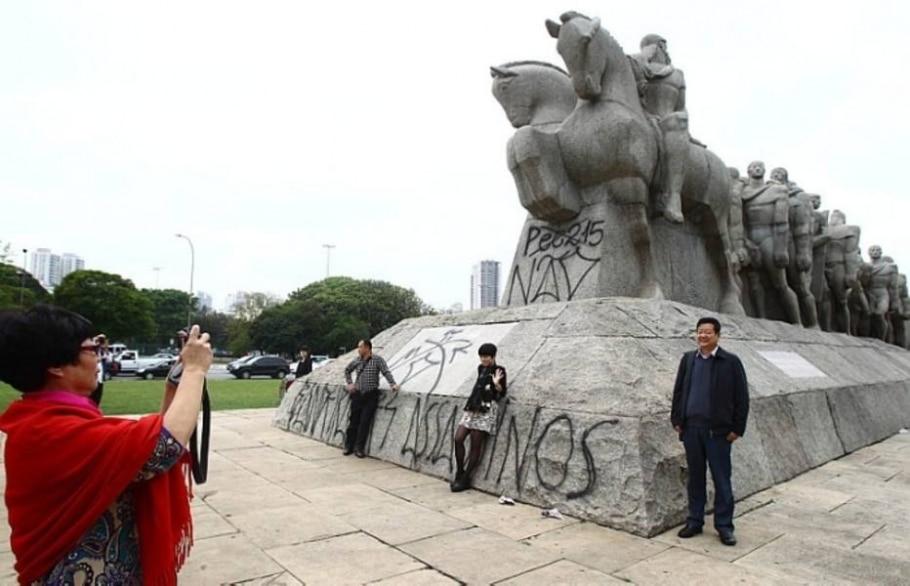 Escultura recebeu mensagens contra a proposta que altera demarcação de terras indígenas - Felipe Rau/Estadão