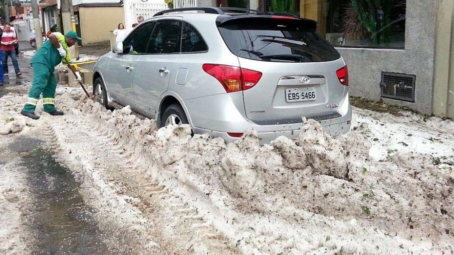 CHU   SÃO PAULO    19/05/2014     CIDADES CHUVA GRANIZO   Rua Maracaí na altura do número 200 ainda coberta com granizo devido a forte chuva de granizo que caiu ontém a tarde. FOTO: JF DIORIO / ESTADÃO CONTEÚDO - JF Diorio/Estadão