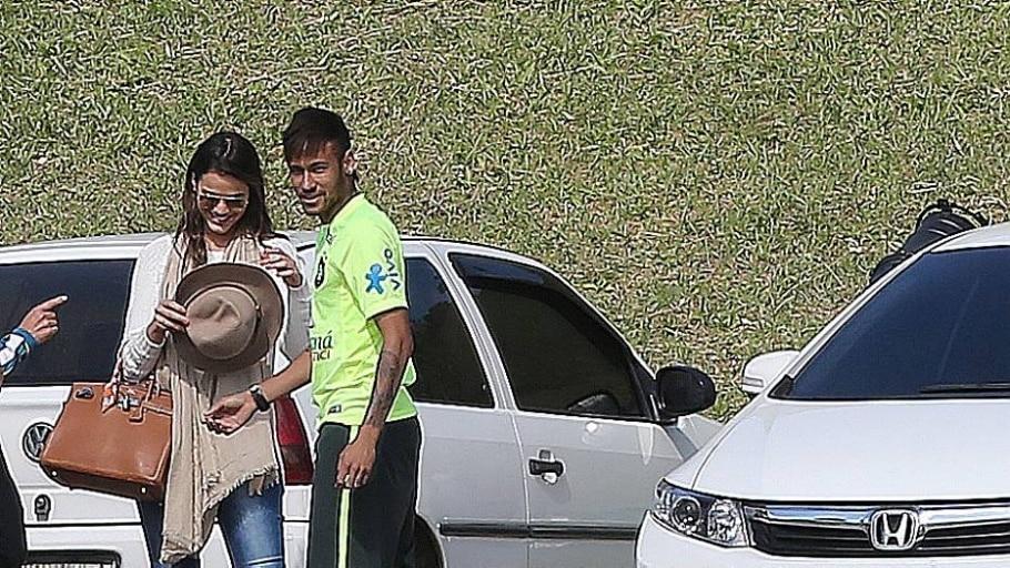Neymar e Bruna se encontram na Granja Comary durante a preparação do Brasil para a Copa de 2014 - Fábio Motta/Estadão