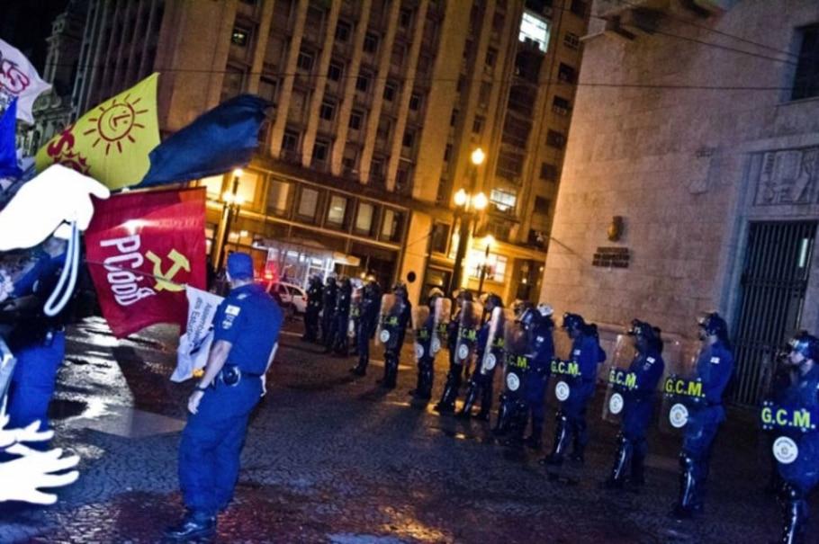 Manifestantes protestam contra o aumento da passagem de ônibus, em São Paulo. 03/02/2011 - Cris Faga/FotoRepórter/AE