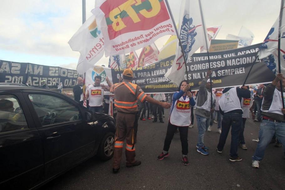 CUT e centrais sindicais promovem atos contra terceirização e ajuste fiscal - Felipe Rau/Estadão