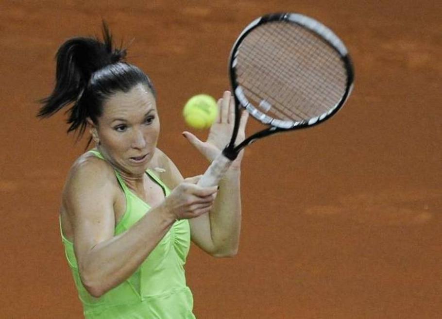 A sérvia Jelena Jankovic devolve a bola durante partida pelo Torneio de Stuttgart, na Alemanha - Daniel Maurer/AP - 28/4/2010