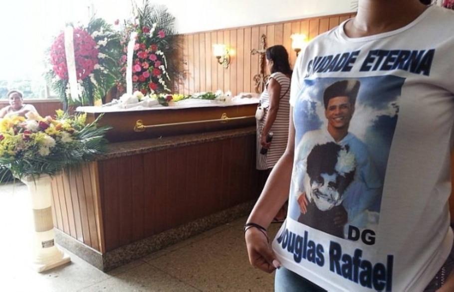 Amigos e familiares prestam homenagens a Douglas Rafael da Silva Pereira; comunidade protesta - Wilton Júnior/Estadão