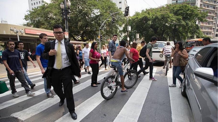 Paulistanos encontram maneiras para lidar com o calor recorde de São Paulo nesta sexta, 17 - Tiago Queiroz/Estadão