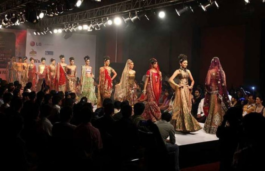 Desfile da marca Mubeen Fatima na Bangalore Fashion Week - Aijaz Rahi/AP Photo