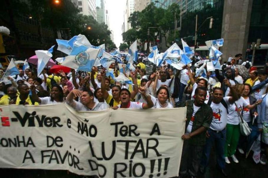 Operários em protesto contra a emenda Ibsen, que altera divisão dos royalties do petróleo do estado - Paulo Vitor/AE