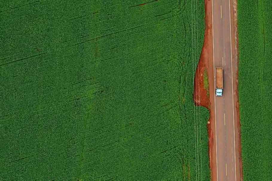 Estrada, caminhão e lavoura de soja formam uma imagem que mais parece uma pintura. Em Maringá. - Jonne Roriz/AE - 11/1/2008