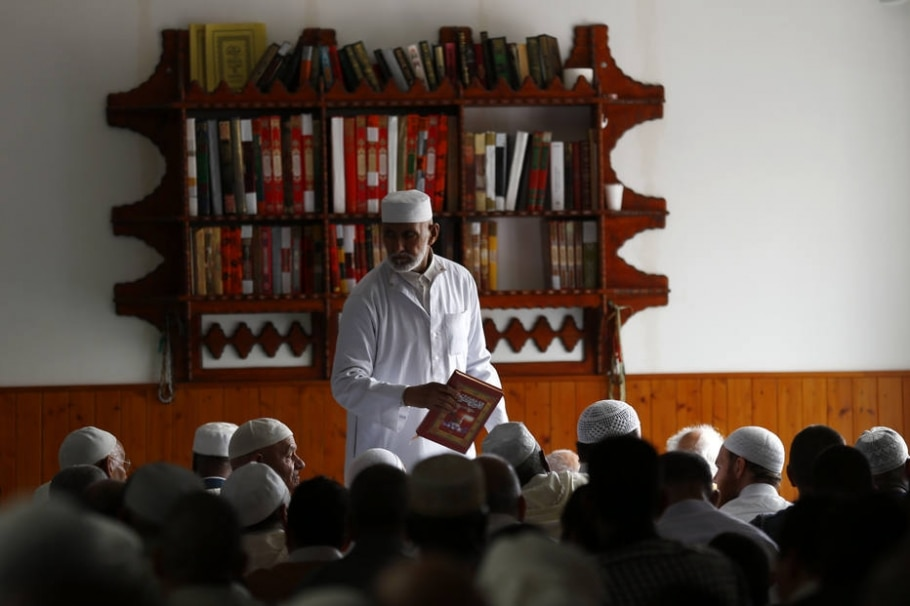 Muçulmanos participam de uma das rezas diárias em mesquita em Saint-Etienne-du-Rouvray, na Normandia - AP Photo/Francois Mori, File