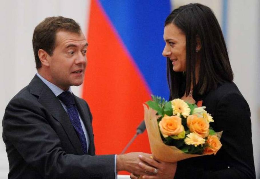 Yelena Isinbaeva recebe homenagem do presidente Dmitry Medvedev - Alexander Nemenov/AP