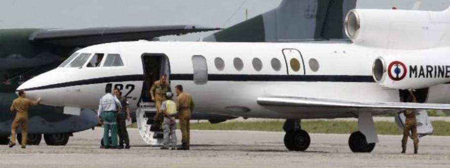 Avião da Marinha francesa aterrissa em uma base naval em Natal nesta terça, 2 - Paulo Whitaker/Reuters