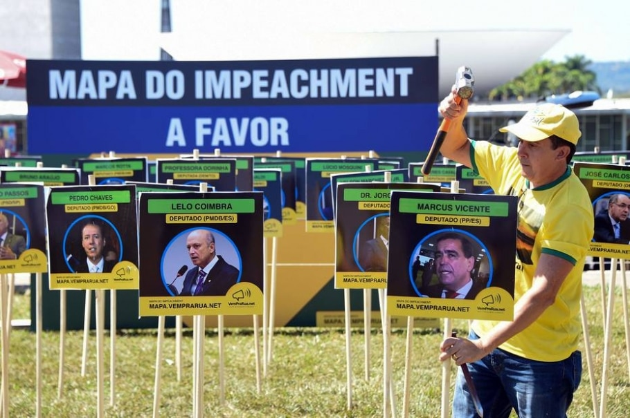 Preparativos para manifestações contra e a favor do impeachment - Evaristo Sa/ AFP