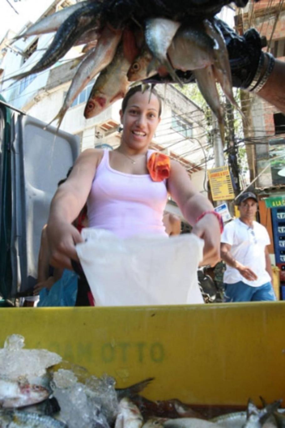 Polícia apreende cerca de uma tonelada de sardinha em Niterói e distribui na Rocinha - Fábio Motta/AE