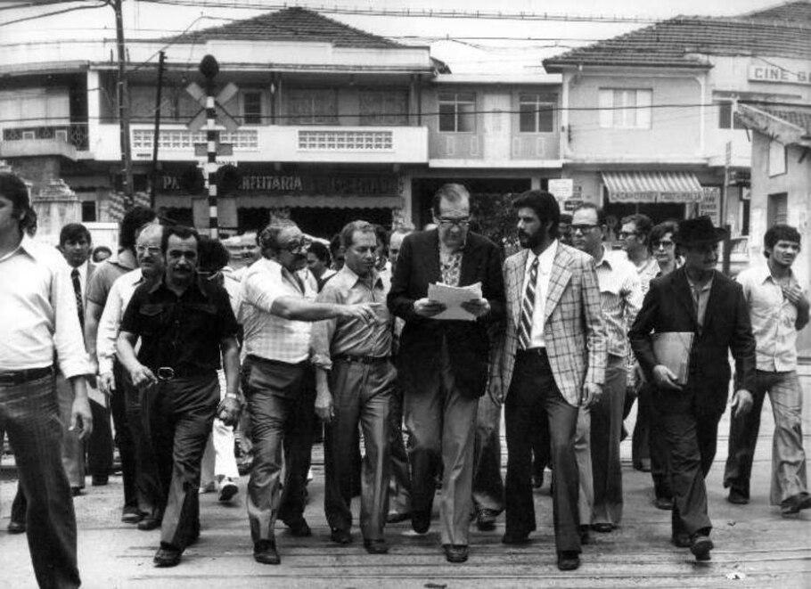 1975 - O então prefeito Olavo Egydio Setubal estuda construção de viaduto - Arquivo AE
