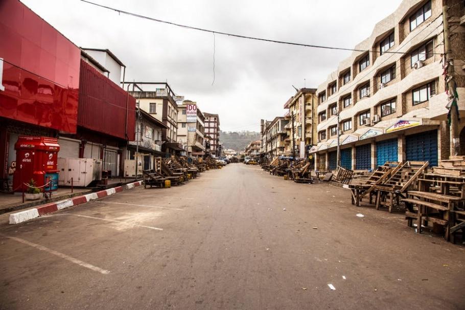 Bloqueadas pela polícia, ruas da capital Freetown estão vazias - Michael Duff/AP