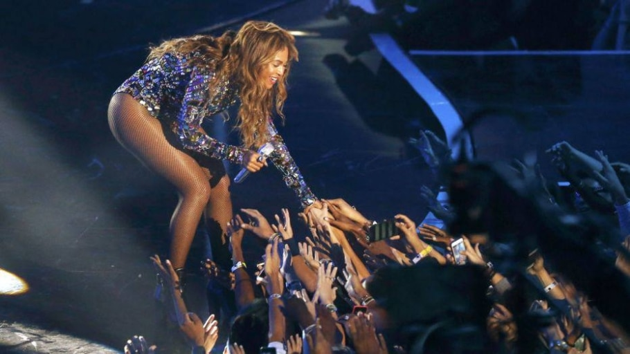 Beyonce reaches to fans after performing a medley of songs on stage during the 2014 MTV Video Music Awards in Inglewood - Mario Anzuoni/Reuters