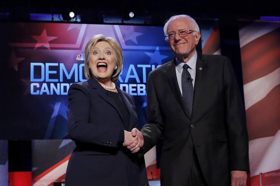 Hillary Clinton e Bernie Sanders se cumprimentam após debate em New Hampshire - REUTERS/Carlo Allegri