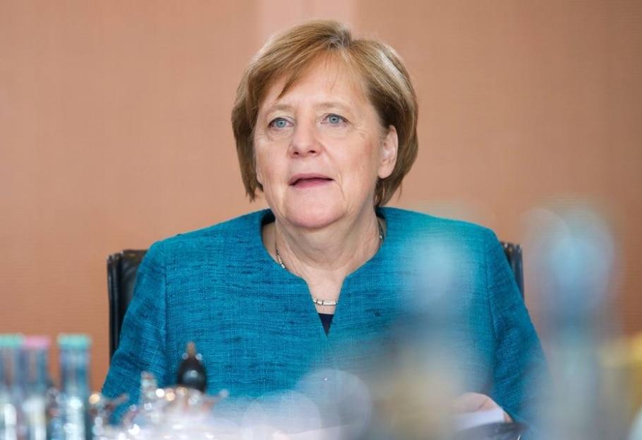 Chanceler alemã afirmou que governo está fazendo tudo que pode para esclarecer explosão que feriu um zagueiro do clube e um policial - AFP PHOTO / STEFFI LOOS