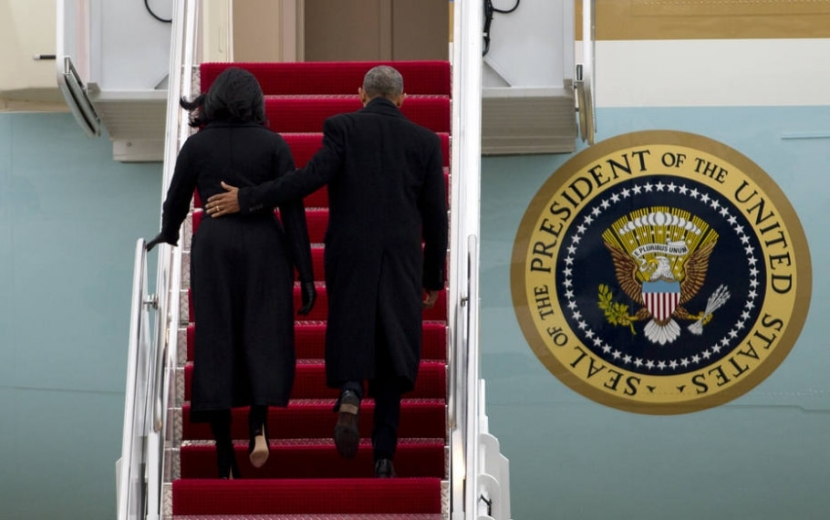 Michelle e Barack Obama (D) embarcam no Air Force One para viagem a Chicago, onde presidente americano fez discurso de despedida; volta para Washington foi último voo a bordo do avião oficial - AP Photo/Jose Luis Magana