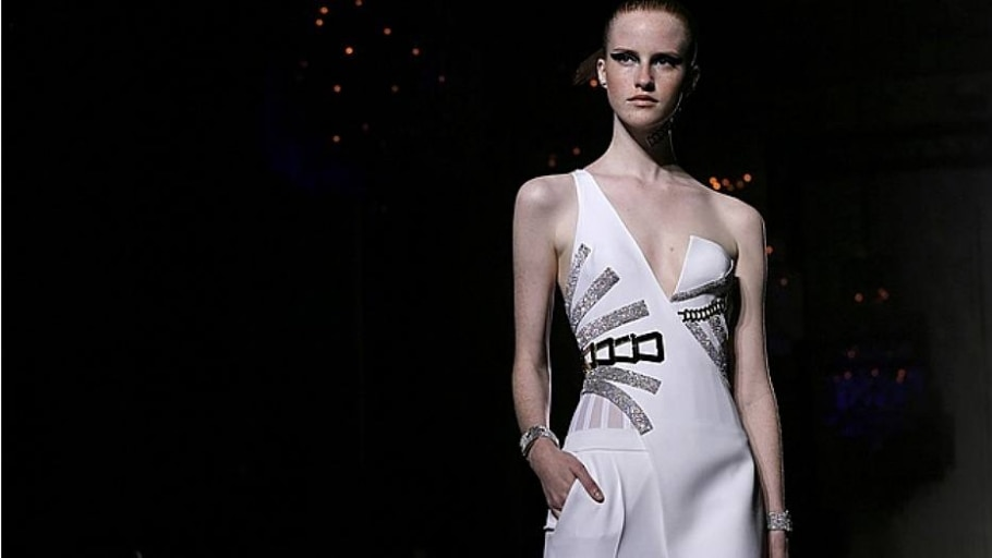 Versace traz assimetrias para Paris - Reuters