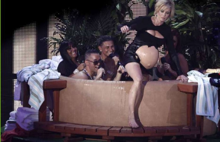 Apresentadora brinca na banheira no palco do VMA - Matt Sayles/AP