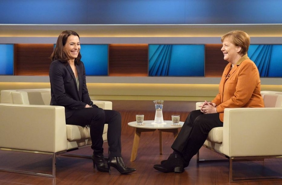 Em entrevista para emissora pública, a chanceler alemã, Angela Merkel (D) afirmou que o país continuará ajudando a Grécia na crise dos refugiados - AFP / dpa / Rainer Jensen