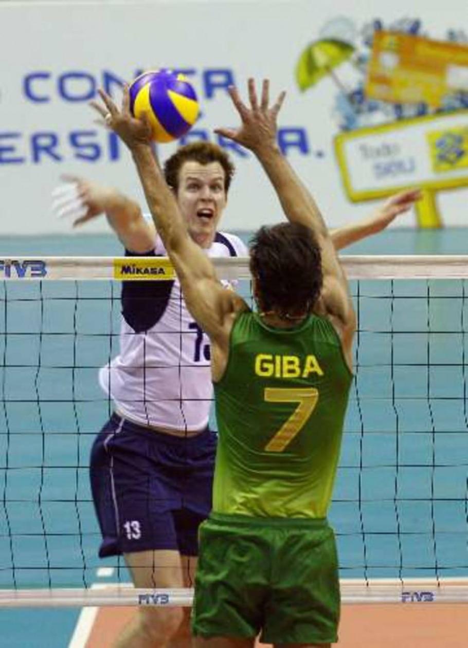 Oivanen, da Finlândia, é bloqueado por Giba, do Brasil, em 3 a 2 na Liga Mundial - Jamil Bittar/Reuters
