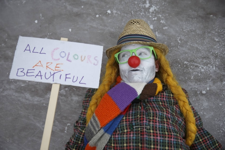 Palhaços e vigilantes tomam as ruas de cidade finlandesa  - Ilvy Njiokiktjien/The New York Times
