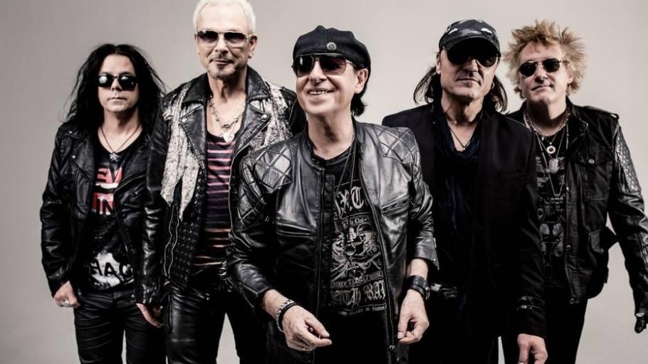 10.º Klaus Meine (centro) e banda Scorpions  - Divulgação