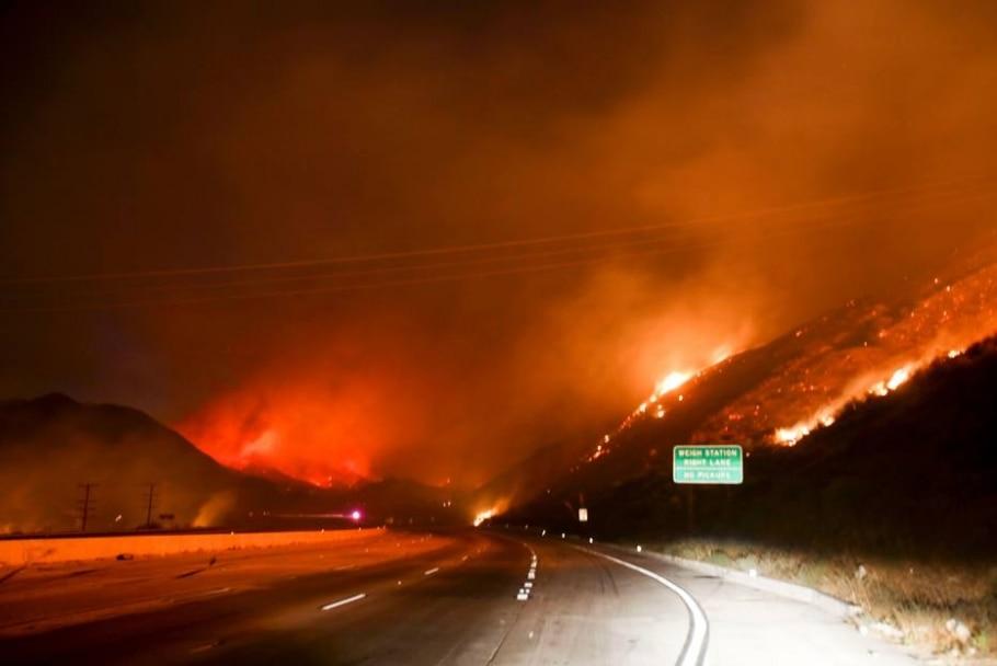 Incêndio atinge florestas e montanhas da Califórnia - AFP