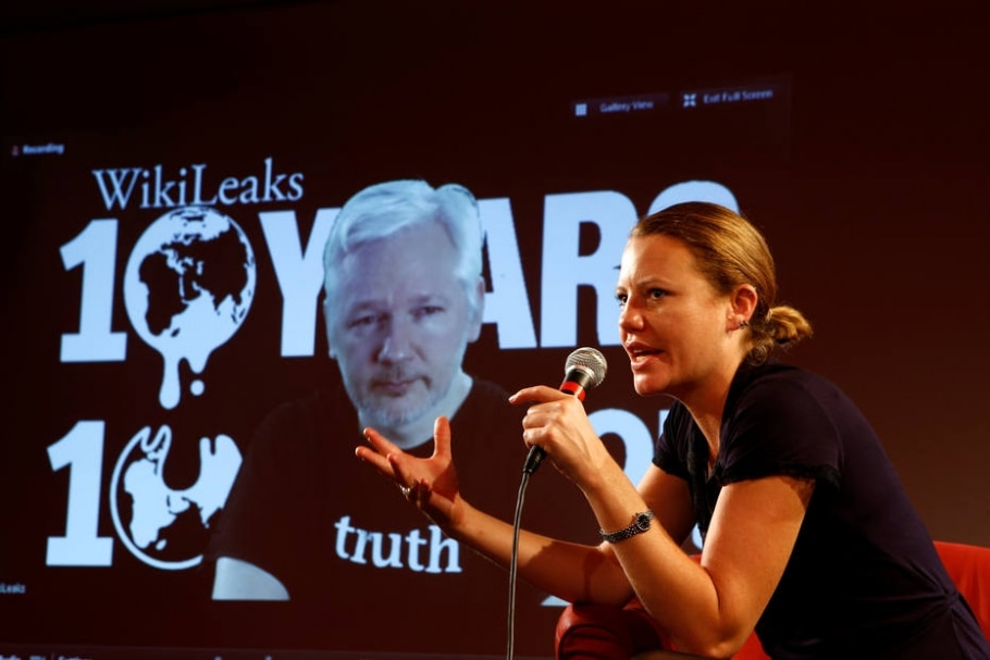 A jornalista britânica Sarah Harrison, editora do WikiLeaks, participa de videoconferência com o fundador do site, Julian Assange, na comemoração do 10º aniversário da plataforma - REUTERS/Axel Schmidt